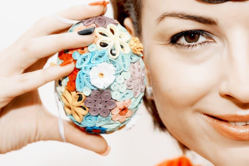 Mulher de sorriso nova com ovo da páscoa colorido imagens de stock