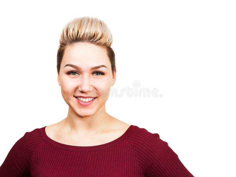 Mulher de sorriso nova com penteado curto moderno Retrato ascendente próximo da menina com cabelo curto louro Retrato de moderno  foto de stock royalty free