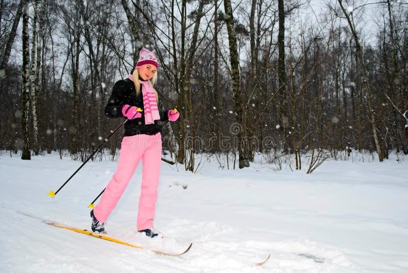 Mulher de sorriso nova no esqui no parque imagem de stock
