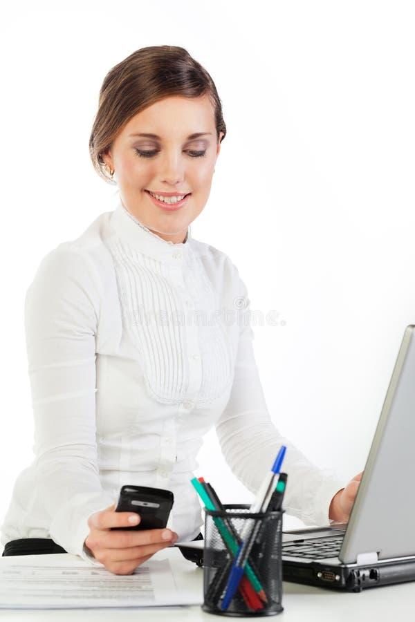 Mulher de sorriso nova no trabalho imagem de stock royalty free