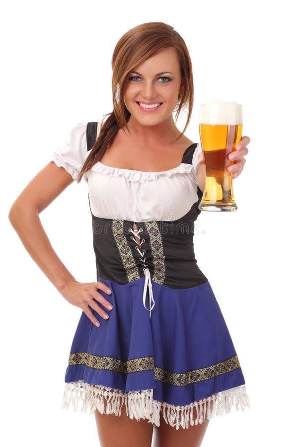 Mulher de sorriso nova que dá a cerveja foto de stock
