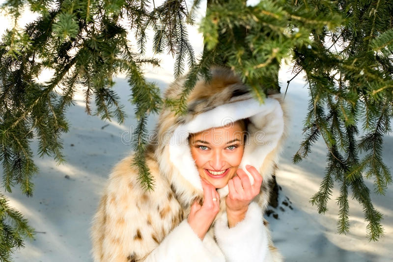 Mulher de sorriso nova sob a árvore fotos de stock royalty free