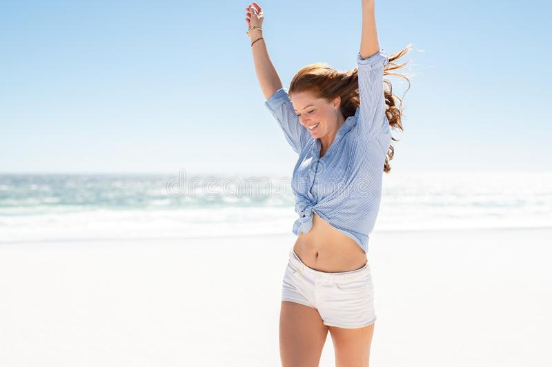 Mulher de sorriso que aprecia a praia fotos de stock royalty free