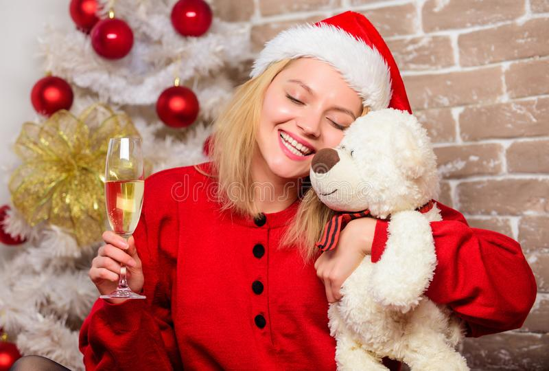 Mulher de sorriso que comemora o Natal Menina feliz no chapéu de Papai Noel Presentes do Natal da entrega Partido do ano novo ale foto de stock