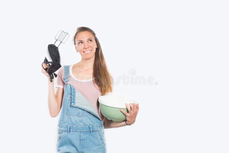 Mulher de sorriso que cozinha no fundo branco vazio foto de stock royalty free