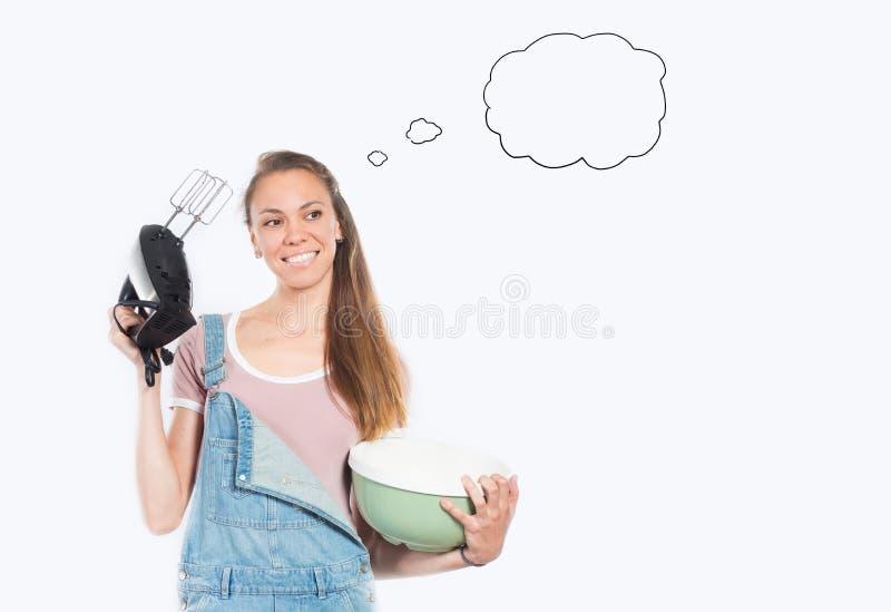 Mulher de sorriso que cozinha no fundo branco vazio fotografia de stock royalty free