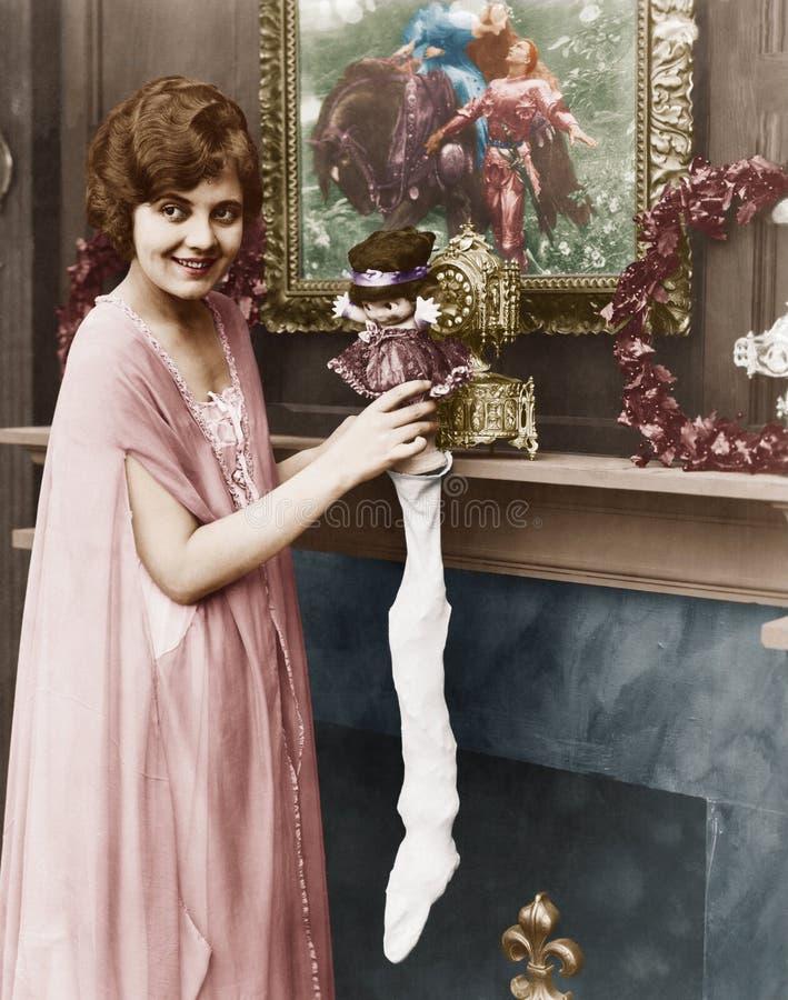Mulher de sorriso que enche a meia do Natal (todas as pessoas descritas não são umas vivas mais longo e nenhuma propriedade exist foto de stock royalty free
