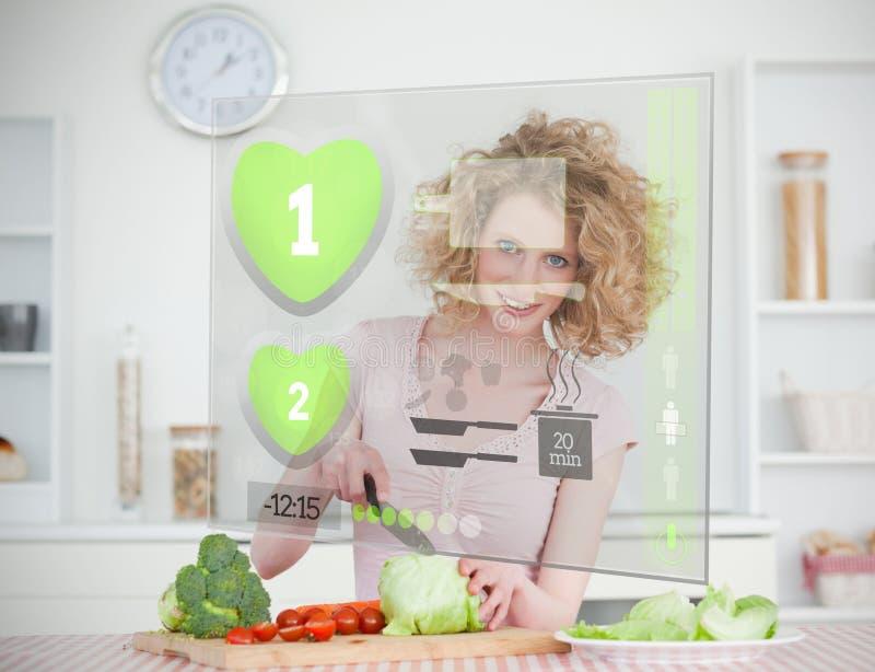 Mulher de sorriso que faz a salada usando a relação do holograma ilustração stock