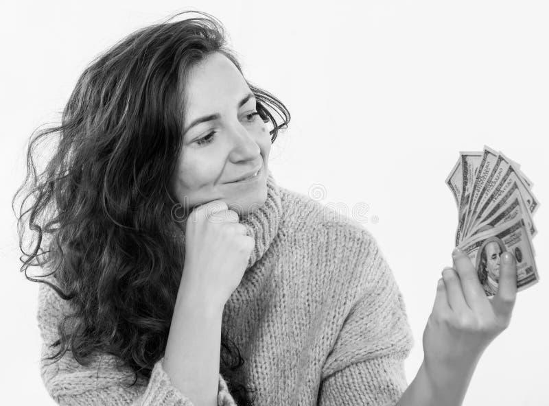 Mulher de sorriso que levanta com o dinheiro do dólar americano em um fundo branco imagem de stock royalty free