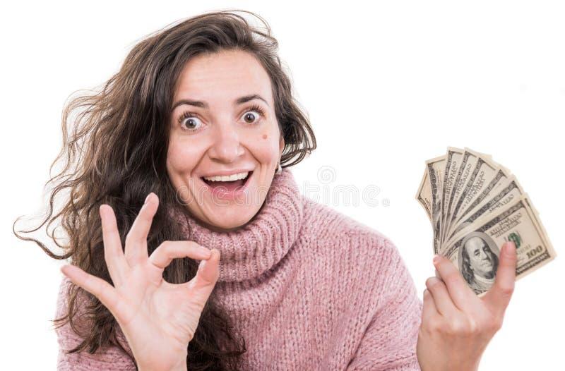 Mulher de sorriso que levanta com o dinheiro do dólar americano em um fundo branco fotografia de stock royalty free
