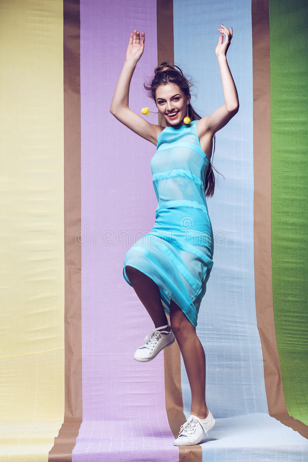 Mulher de sorriso que salta no vestido azul fotos de stock royalty free