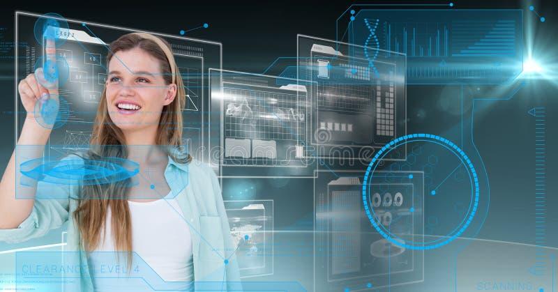 Mulher de sorriso que toca na tela digitalmente futurista foto de stock