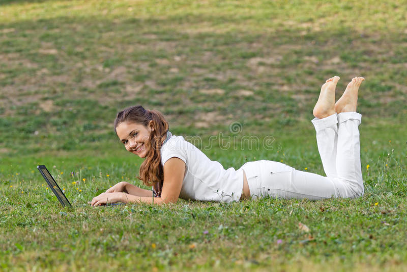 Mulher de sorriso que trabalha no parque foto de stock royalty free