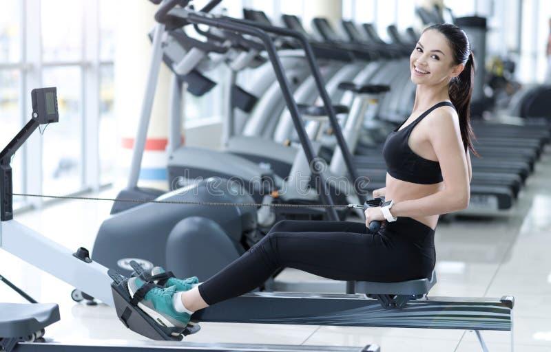 Mulher de sorriso que treina seus pés em um gym foto de stock
