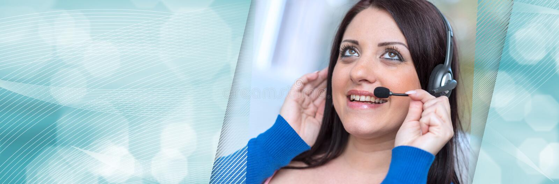 Mulher de sorriso que usa uns auriculares Bandeira panor?mico imagens de stock
