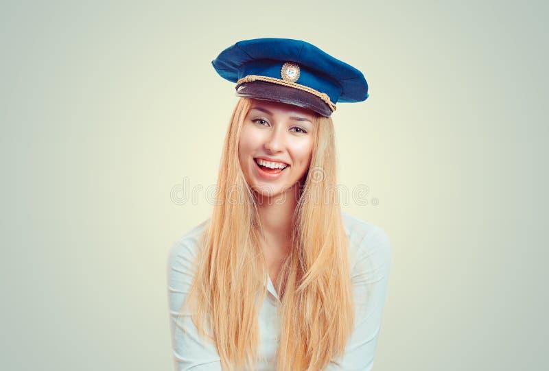 Mulher de sorriso que veste o tampão de serviço azul imagens de stock royalty free