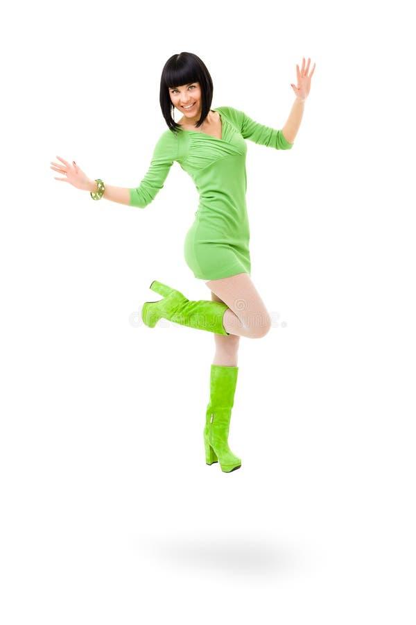 Mulher de sorriso que veste um vestido verde e umas sapatas verdes em um isolado imagens de stock