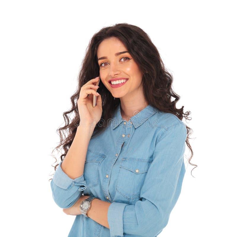 Mulher de sorriso relaxado que fala no telefone imagens de stock royalty free