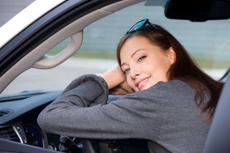 Download A Mulher De Sorriso Senta-se No Carro Novo Foto de Stock - Imagem de pessoa, dirigir: 16871738