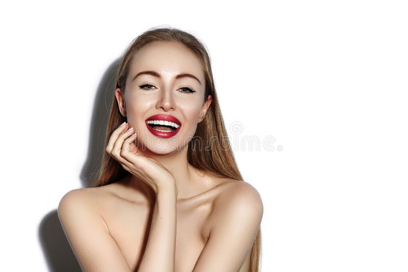 Mulher de sorriso 'sexy' com os bordos vermelhos do encanto, composição brilhante, pele limpa Sorriso com dentes brancos Menina f fotografia de stock