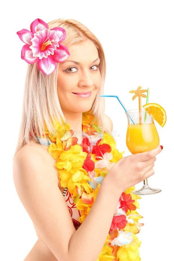 Mulher de sorriso vestida em um cocktail bebendo do traje tradicional fotos de stock