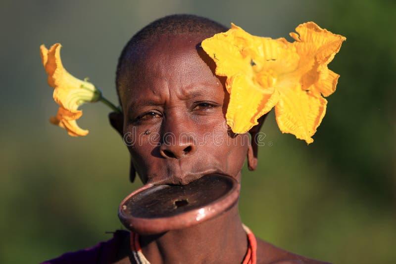 Mulher de Suri com lipplate foto de stock royalty free