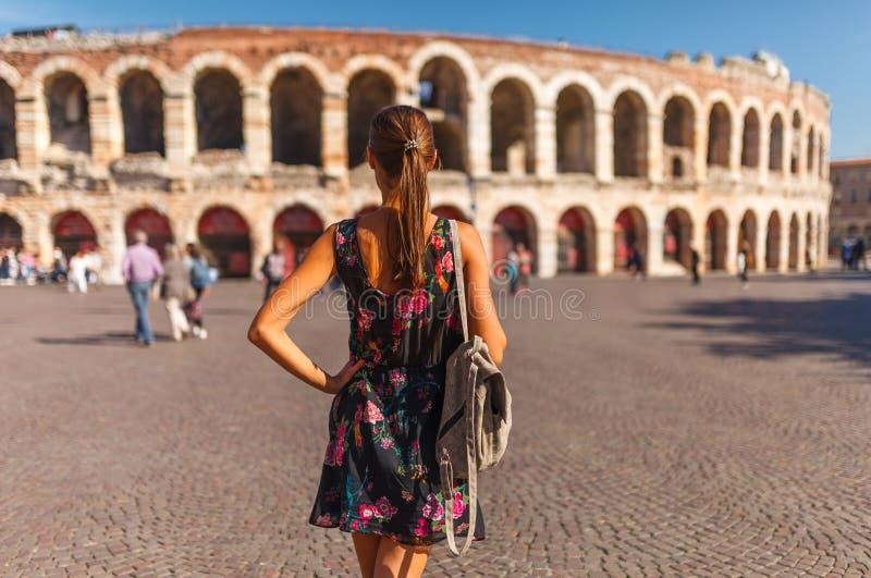 Mulher de Toirust no centro histórico de Verona no quadrado perto da arena Verona, anfiteatro romano Viajante no destino famoso d foto de stock royalty free
