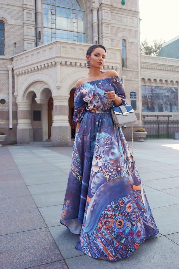 Mulher de vestido azul colorido imagem de stock
