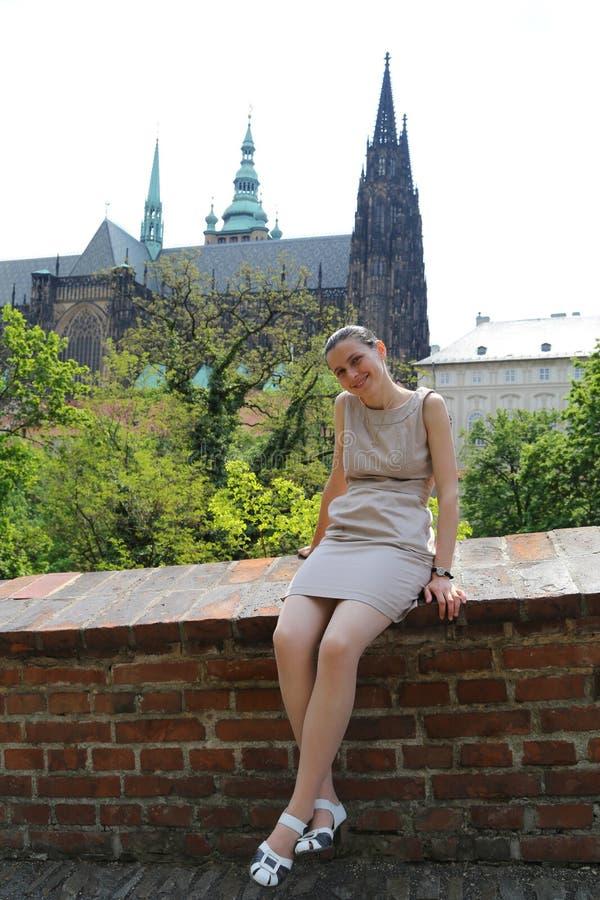 Mulher de viagem do turista de Praga foto de stock