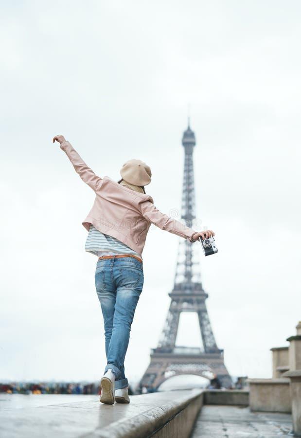 Mulher de viagem em Europa foto de stock