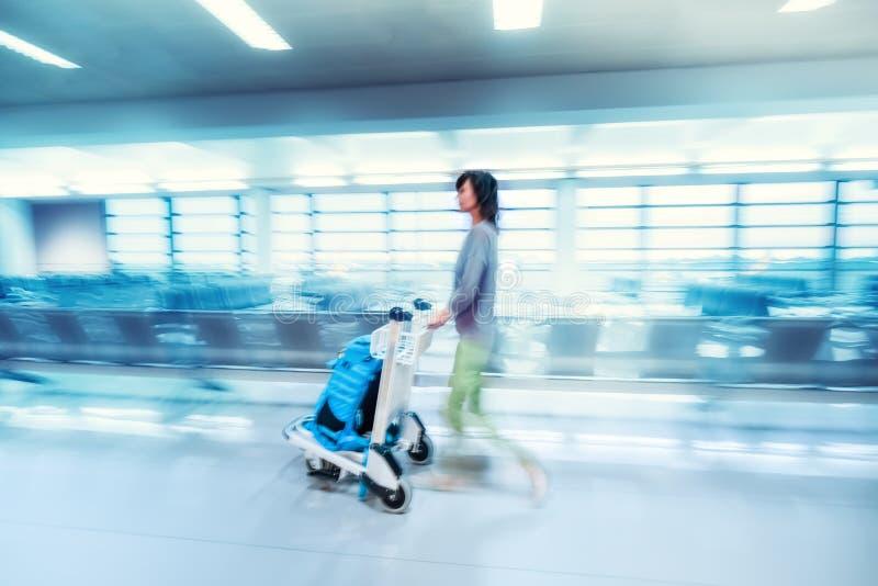 Mulher de viagem no terminal de aeroporto Borrão de movimento abstrato imagens de stock