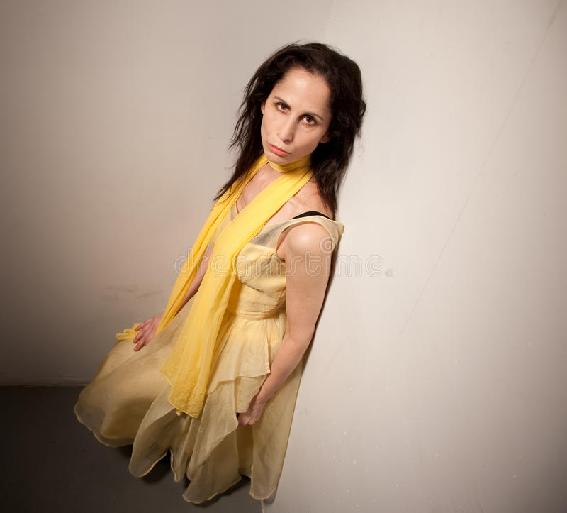 Mulher de vista séria em um vestido amarelo foto de stock