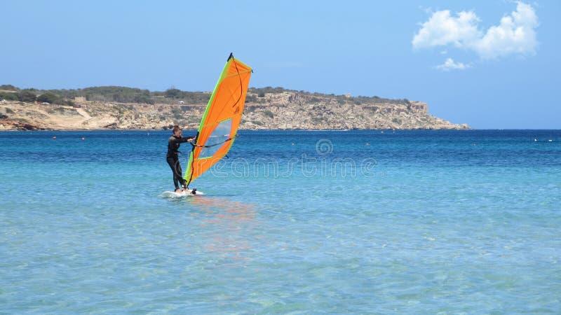 Mulher de Windsurfring que aprecia um dia de verão em um mar Mediterrâneo, fotografia de stock