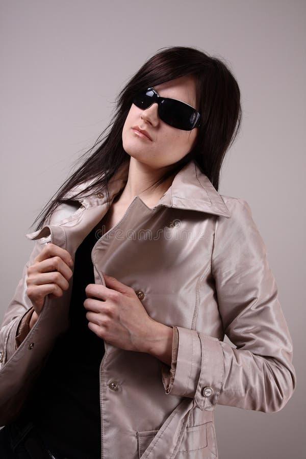 Mulher de Woung com óculos de sol fotografia de stock royalty free