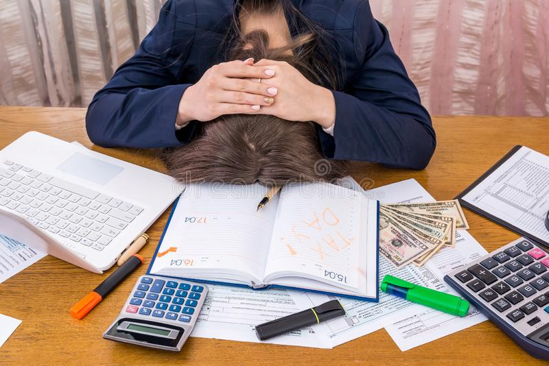 Mulher de Xhausted que prepara-se para o dia do imposto imagem de stock royalty free