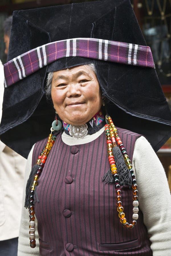 Mulher de Yi em Lijiang fotos de stock royalty free