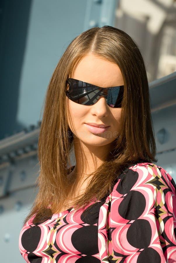 Mulher de Youg nos óculos de sol imagem de stock