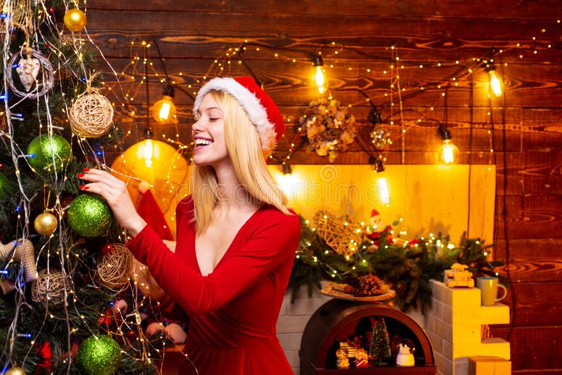 Mulher decorando árvore de Natal e se divertindo Mulher-escrava decorando árvore de Natal com bauble Natal foto de stock royalty free