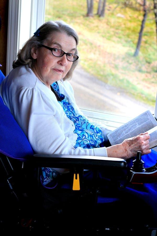 Mulher deficiente com a Bíblia fotografia de stock royalty free