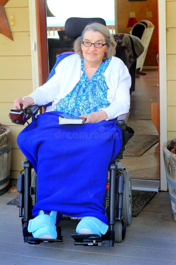 Mulher deficiente na entrada foto de stock