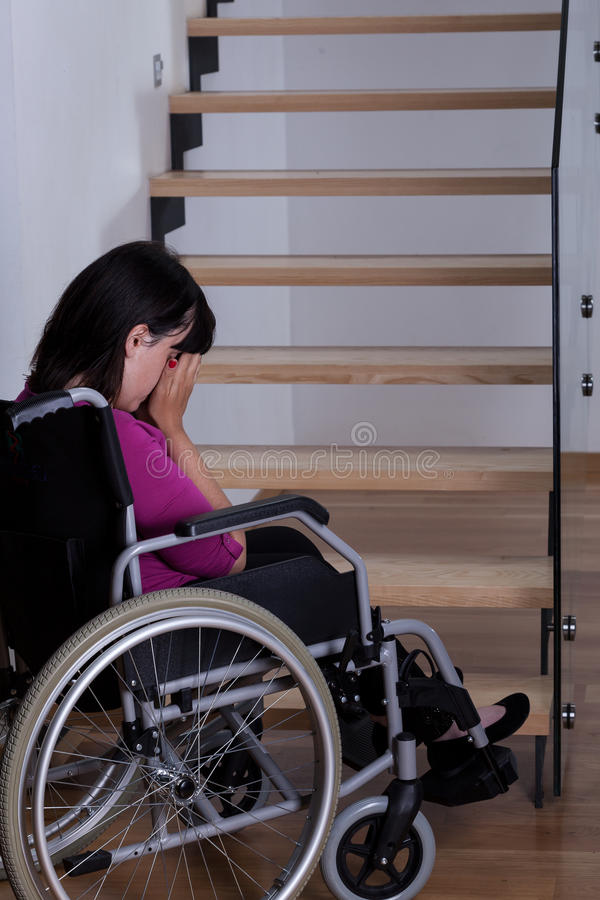 Mulher deficiente na frente das escadas imagem de stock