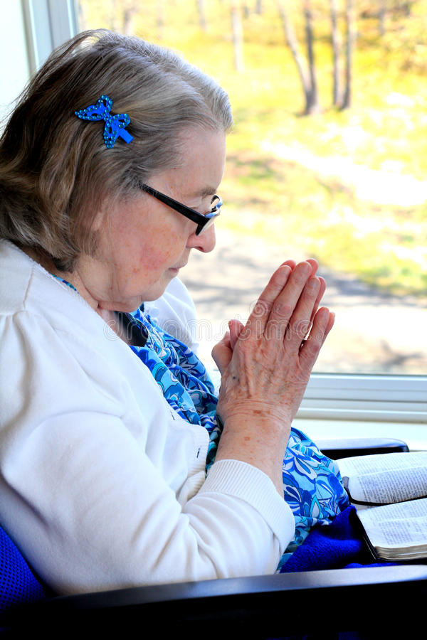 Mulher deficiente na oração foto de stock royalty free