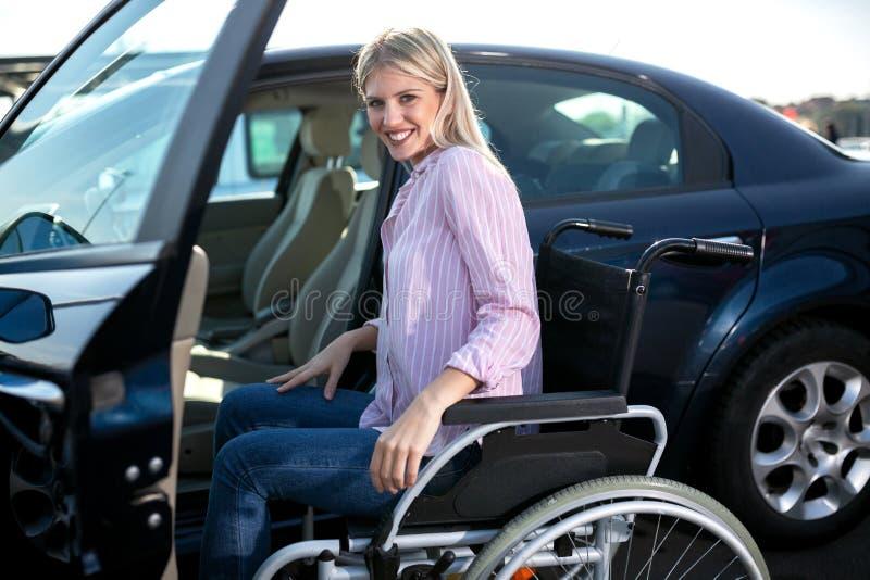 Mulher deficiente que faz uma aproximação segura a seu automóvel fotos de stock royalty free