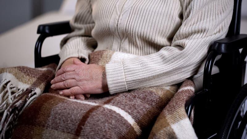 Mulher deficiente superior coberta com o close up geral, lar de idosos, aposentadoria foto de stock