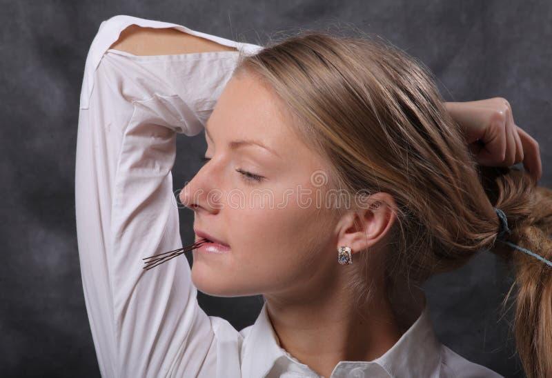 A mulher deixa seu cabelo para baixo foto de stock royalty free