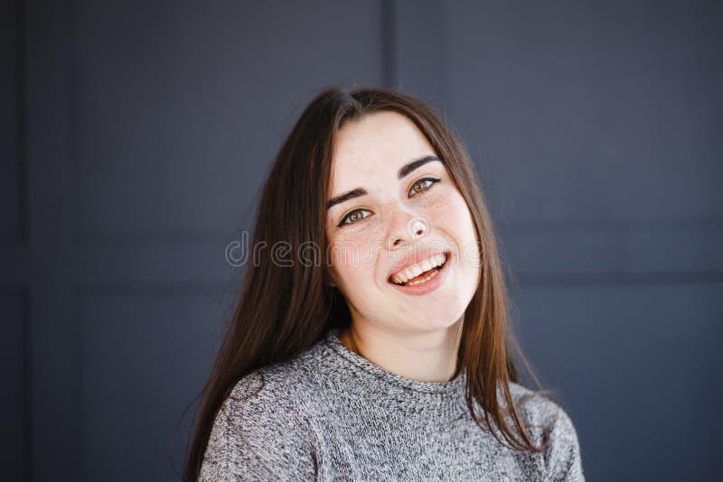 Mulher deleitada alegre alegre de sorriso feliz fotografia de stock royalty free