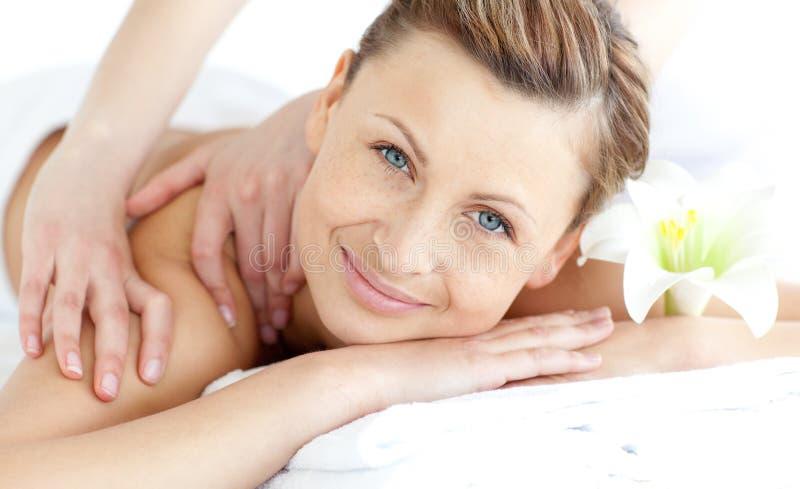 Mulher deleitada que aprecia uma massagem traseira fotografia de stock royalty free