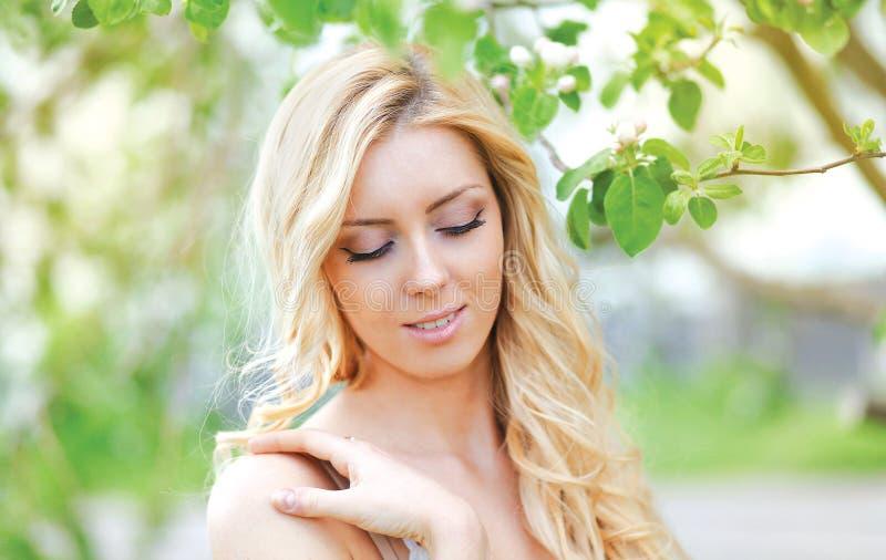 Mulher delicada bonita no jardim floral da mola fotografia de stock royalty free