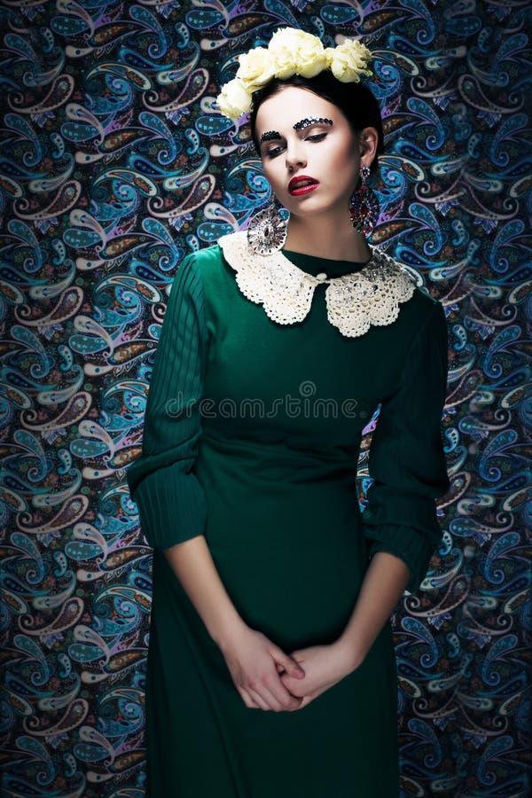 Mulher denominada nova romântica no vestido verde do vintage. Pin-acima fotos de stock royalty free