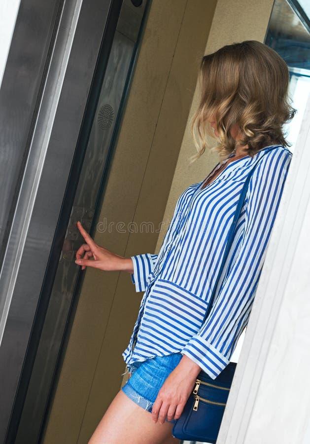 Mulher dentro do elevador imagens de stock